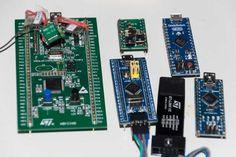 Das Selbstbau-Board (grün, Mitte) im Größenvergleich mit STM32F0-Discovery (grün, links), weiteren Arduino-Boards und ST-Link-Adapter (schwarz).