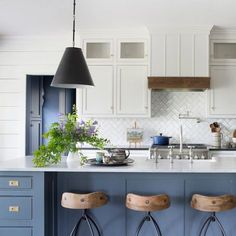 Trendy kitchen island with stove exposed beams ideas Kitchen Island With Stove, Kitchen Tops, Open Plan Kitchen, New Kitchen, Kitchen With Blue Cabinets, Kitchen Island With Seating For 6, Shaker Kitchen, White Cabinets, Kitchen Stuff