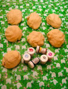 Kjempefin oppskrift på trolldeig: 1 del vann 2 deler salt 3 deler mel litt zalo. Kan farges med konditorfarger!