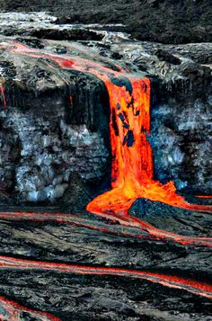 Some lovely Hawaiian flow. Kilauea volcano, on Hawaii All Nature, Science And Nature, Amazing Nature, Volcan Eruption, Beautiful World, Beautiful Places, Monte Fuji, Beau Site, Lava Flow