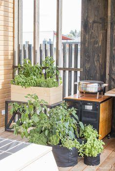 Met een paar mooie houten bakken en zakken heb je binnen mum van tijd een tuin gemaakt. Meer wooninspiratie op mijn interieurblog http://www.interieurinspiratie.nl/