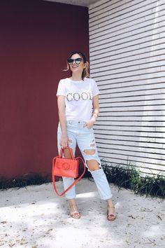 {Como Usar} Look clarinho sem engordar no dia a dia  Camiseta telada e bordada COOL, calça jeans rasgada, sandália de salto bloco e mini bag. Fashion look, street style.