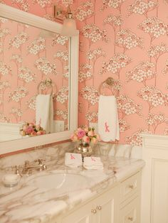 pretty bath...lovely wallpaper