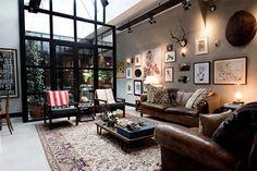 オランダの首都アムステルダムよりご紹介するのは、インダストリアルなガレージロフト。ハイセンスな部屋は夢にも出てきそうなくらい、イマジネーションたっぷりの空間です。 まるで映画の撮影スタジオを連想するような、スポットライト … Loft Apartments, Loft Industrial, Industrial Living, Industrial Interiors, Estilo Industrial, Industrial Windows, Vintage Industrial, Converted Garage, Converted Warehouse