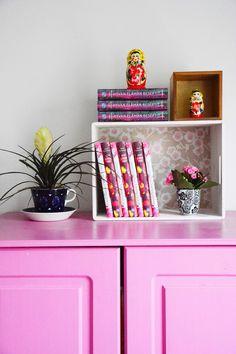Värikäs vaatekaappi, maalattu kaappi, makuuhuone, boho, bohemian home, sisustusideat makuuhuoneeseen, kirjat sisustuksessa, vanhat huonekalut