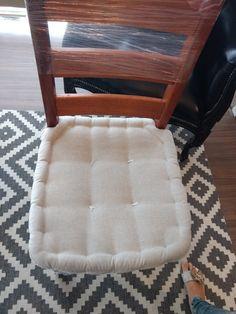 Futton com borda turca para cadeira com tecido de linho.