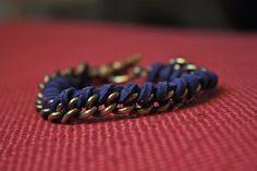 azul con cadena dorada