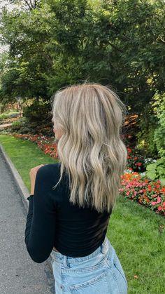 Brassy Blonde, Dark Roots Blonde Hair, Blonde Ale, Dark Hair, Everyday Hairstyles, Cute Hairstyles, Blonde Highlights, Hair Jewelry, Hair Inspo