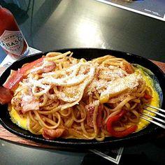 乾麺を喫茶店ナポリタンのようにモチモチにする方法を教えて貰ったので早速つくってみたら…ホントにモチモチでとても美味しかったです♪ - 125件のもぐもぐ - 乾麺なのにモッチモチ♪ 鉄板ナポリタン☆ This ketchup-flavoured version is known in Japan as 'spaghetti napolitan'. Although the name is derived from the Italian city of Naples, yo by shino4minutes