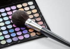 Choosing the right eye makeup is the key to looking good for both young and mature women. However, as a woman ages, changes should be made in the selection and application of eye makeup. Makeup Tips, Eye Makeup, Over 50, Makeup Organization, Natural Makeup, Best Makeup Products, Eyeshadow, Make Up, Brushes