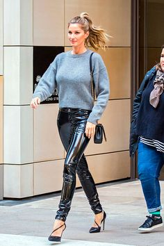 Gisele Bündchen wears daring pvc-look vinyl trousers. - Total Street Style Looks And Fashion Outfit Ideas Gisele Bundchen, Pvc Trousers, Vinyl Trousers, Leather Trousers, Latex Skirt, Shirt Bluse, Winter Fashion Casual, Winter Style, Style Casual