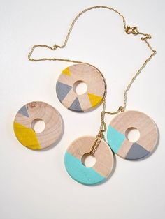 26. Necklace from colored wood washers and a chain | 34 Things You Can Improve With A Sharpie