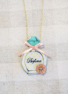 花とリボンが可愛いパフューム型ネックレスです♡プラバンにイラストを描き、その表面をレジンでぷっくりコーティングしました。ピンクのサテンリボンを巻き、下には同じ...|ハンドメイド、手作り、手仕事品の通販・販売・購入ならCreema。