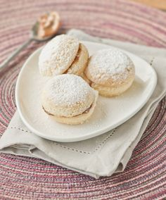 Typical chilean biscuit filled with dulce de leche. Delicious Desserts, Dessert Recipes, Yummy Food, Chilean Recipes, Chilean Food, My Favorite Food, Favorite Recipes, Latin American Food, Cookie Time