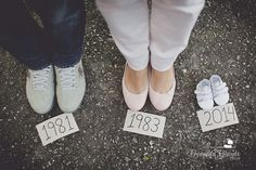 Cute baby announcement photo www.fernandagiara… – Kaylee Holgreen Cute baby announcement photo www.fernandagiara… Cute baby announcement photo www. Family Maternity Photos, Maternity Pictures, Baby Pictures, Baby Bump Photos, Country Maternity, Maternity Photo Outfits, Cute Baby Announcements, Baby Announcement Photos, Pregnancy Announcement Photography