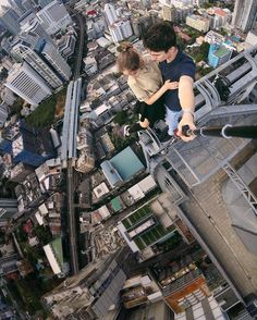 This is another emerging field after Parkour. Bold and even crazy descriptions of these city climbers, they took selfies to commemorate their conquest and showed the magnificent view of the city. Parkour, High Building, Les Cascades, Scary Places, Scenic Photography, Crazy People, Top Of The World, Extreme Sports, Climbers