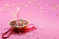 These Kool-Aid Marshmallow Pops are the easiest summer snack idea! Freebies On Your Birthday, Happy Birthday Wishes, Cadbury Creme Egg Dip, Bbq Chicken Sandwich, Hawaiian Bbq, Magic Reindeer Food, Kiss Cookies, Barcelona, Green Eggs And Ham