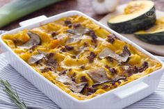 Le lasagna autunnale è una pietanza ricca e appetitosa con tutti i sapori e i colori dell'autunno.