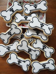 Cookies tema Dog, Patrulha Canina ou Paw Patrol Paw Patrol Birthday Cake, Paw Patrol Cake, Paw Patrol Party, Puppy Birthday Parties, Puppy Party, Dog Birthday, Dalmatian Party, Biscuit Decoration, Puppy Treats