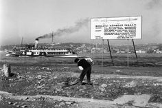 Boğaziçi Köprüsü'nün temeli 20 Şubat 1970'te atıldı. İki ay sonra gazeteciler gittiğinde Karslı işçi Beyaz Name tek başına çalışıyordu. Istanbul Pictures, Bosphorus Bridge, Turkey History, Ottoman Empire, Historical Pictures, Istanbul Turkey, Vintage Photography, Once Upon A Time, Old Town