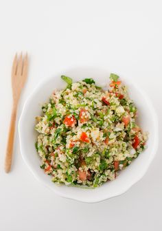 This quinoa tabbouleh is ready in 20 minutes and is the perfect meal to eat on the go. Lebanese Recipes, Raw Food Recipes, Meat Recipes, Indian Food Recipes, Salad Recipes, Vegetarian Recipes, Cooking Recipes, Healthy Recipes, Ethnic Recipes