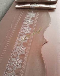 "115 Beğenme, 1 Yorum - Instagram'da Latife Alemdaroğlu (@l.alemdaroglu): ""Dantel musterimin kendisine aittir, bu iğne oyası tabi de dantel severler bunu tığ ile deneye…"" Best T Shirt Designs, Capes For Women, Hand Crochet, Womens Scarves, Color Mixing, Free Pattern, Knitting Patterns, Diy And Crafts, Embroidery"