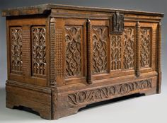 Fenestration BOX Oak wood H: 90 cm - W: 166 cm - D: 66 cm France (Burgundy) - 1500 Entages, warped parts, very nice condition This beautiful oak chest clear transposes into wood lace stone tracery of Gothic, with great originality.