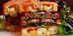 Mac and Cheese Attack Burger Is this the ultimate stoner food? A quarter-pound burger is placed between two fried mac and cheese buns and topped with lettuce, tomato, scallions, sriracha ketchup and greens dressed with r Burger Bar, Paleo Burger, Burger Ideas, Big Meals, One Pot Meals, Mac And Cheese Burger, Mac Cheese, Fried Macaroni And Cheese, Baked Macaroni