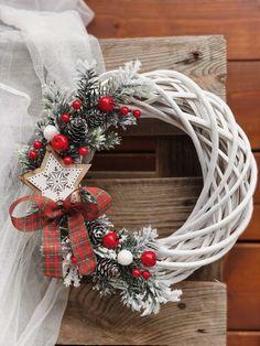 Christmas Swags, Christmas Mood, Holiday Wreaths, Diy Christmas Decorations Easy, Christmas Crafts For Kids, Diy Christmas Wall Decor, Diy Wreath, Door Hangings, Christmas Ornaments