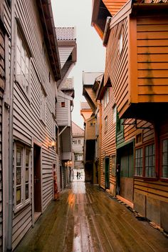 A passageway thru Bryggen, is a series of Hanseatic commercial buildings lining de eastern side of de fjord comi into Bergen_ Norway