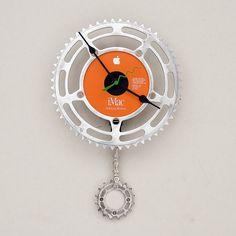 Pour ceux qui me connaissent, vous savez que j'ai un penchant pour la technologie, le graphisme et les trucs de geeks... pour les autres, en voici la démonstration. Cette horloge est faite à base d'un CD de restauration Apple, d'une chaîne et de pignons de vélo... Pas vraiment du 100% recyclé puisque le système d'horlogerie…