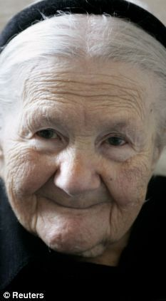 Irena na segunda guerra conseguiu que varias familias cristãs escondessem filhos de judeus nas suas casas.