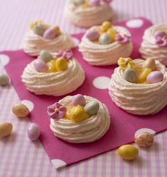 Un nid de Pâques croquant et acidulé pour terminer en beauté votre repas de fêtes. Garnies de lemon curd et de petits oeufs, ces meringues ressemblent un peu aux pavlovas des pays de l'est.