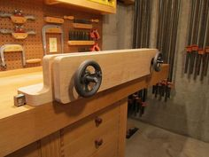 Woodworking Workbenches A very nice looking Moxon. Like the curves. Tool Workbench, Woodworking Workbench, Woodworking Hand Tools, Woodworking Projects, Build Your Own Garage, Workshop Storage, Workshop Ideas, Carpenter Work, Tool Bench