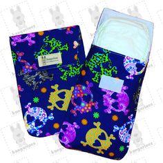 Bolsa porta pañales. Calaveras multicolor con fondo azul. Con estampado de calaveras multicolor sobre fondo azul con capacidad de hasta 6 pañales. (100% algodón) (PVP: 9,95 € + Gastos de envío)