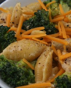 Macarrão com brócolis, frango e queijo