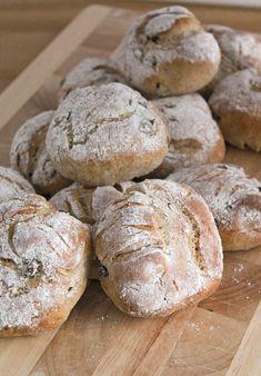 Rågbullar med russin. Rye bread with raisins.