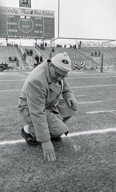 Green Bay coach Vince Lombardi checking the turf Packers Football, Football Memes, Football Players, Football Coaches, Football Season, Nfl Championships, Nfl Playoffs, Vince Lombardi, Football Conference