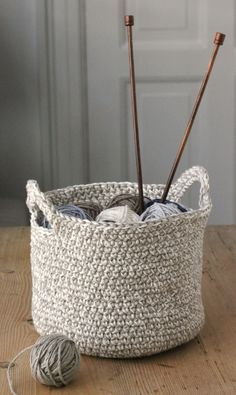 Den her hæklede kurv har 2 hanke, Crochet Basket Pattern, Knit Basket, Crochet Home, Diy Crochet, Yarn Projects, Crochet Projects, Knitting Patterns, Crochet Patterns, Crochet Storage