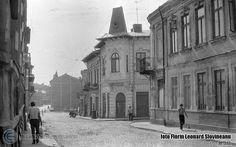 """Din nou pe strada Olteni, de data asta la intersecţia cu str. Haiducul Bujor (la dreapta). În centru, o casă cu bovindou pe colţ şi """"pălărie ţuguiată"""" deasupra, cum adesea întâlneai în centrul Bucureştilor vechiului Regat. Strada cobora lin spre piaţeta unde se întâlnea cu străzile Labirint şi Mircea Vodă Bucharest, Street View, Memories, Cousins, Park, Memoirs, Souvenirs, Remember This"""