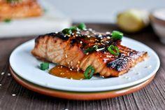 Este salmón se marina dentro de una bandeja con aceite de oliva, el aceite de sésamo, la salsa de soja, el ajo, el jengibre, el vinagre, la azúcar morena