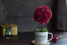 花々からドライフラワーへ♪ センニチコウのトピアリーアレンジ : 窪田千紘フォトスタイリングWebマガジン「Klastyling」暮らす+スタイリング Topiary, Mugs, Tableware, Gardens, Dinnerware, Tumblers, Tablewares, Mug, Dishes