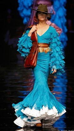 Flamenca Spanish Dance, Spanish Woman, Spanish Fashion, Dance Outfits, Beautiful Gowns, World Of Fashion, Flare Dress, Vintage Outfits, Vintage Fashion