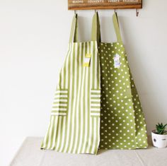 Beautiful cotton aprons in several colors. Will look beautiful on both men and women, perfect present for a coupl!