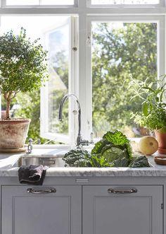 Grey Kitchens, Home Kitchens, Kitchen Dining, Kitchen Decor, Kitchen Sink, Interior Design Inspiration, Kitchen Inspiration, Design Ideas, My Dream Home