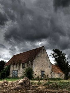 Very old barn and clouds look unpredictable! Old Buildings, Abandoned Buildings, Abandoned Places, Abandoned Castles, Abandoned Mansions, Farm Barn, Old Farm, Stone Barns, Stone Houses