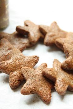 Il y a de cela quelques jours j'ai entamé ma confection annuelle de Bredele - les traditionnels biscuits que l'on fabrique pendant l'Avent et qui sont ensuite engloutis - partagés - offerts. Cette année j'ai eu beaucoup de mal à me limiter en nombre de recettes, donc pour finir j'en ai fait 15 variétés ! Ci-dessous les 2 premières :) Etoiles au chocolat et biscuits à la cannelle   Etoiles au chocolat Source : Les petits gâteaux d'Alsace - S.Roth 80 g de beurre 150g de...