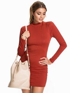 Fibeige L/S Dress - First And I - Red - Kjoler - Klær - Kvinne - Nelly.com