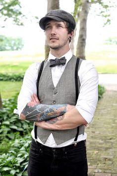 Wow! me encanta este look para hombre con chaleco y boina, y los tattoos...