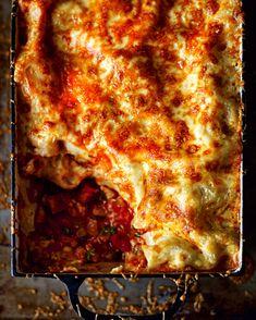 Here's a video recipe for my famous beef ragu lasagne. Hope you enjoy Stroganoff Recipe, Beef Stroganoff, Carbonara Recept, Lasagne Recipes, Classic Italian Dishes, Pork Mince, Tv Chefs, Side Salad, Chicken Chorizo